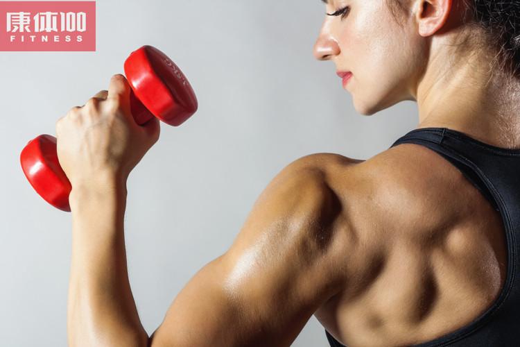 健美爱好者都知道,影响肌肉生长有三大因素:训练、营养和休息。只要朋友们掌握到科学的方法,并且坚持下去,实现起来还是很快的。下面一起来了解增肌训练的正确打开方式! 增肌训练计划 1.肌肉唤醒期 要想增加肌肉,就需要唤醒身体的机能,只有经过一定的刺激之后,才能够将肌肉唤醒。因此,在这个学习期一定要跟动作同步起来。等到学习期过去半个月之后,大家可以适当的增加难度,虽然说训练的安排可以不需要改变,但是一定要增加重量,将之前可以做到10-12次的重量,加到只能做8次左右,这样才能够逐渐的提高训练的强度。 2.
