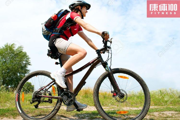 骑车锻炼延长寿命 英国最近一项研究同时表明,经常骑自行车的人健康状况相当于比自己年轻10岁的人,而那些到了30多岁仍坚持定期骑车的人,则可以使自己的预期寿命平均增加2岁。 骑自行车和跑步、游泳一样,是一种能改善人们心肺功能的耐力性锻炼。它不仅能锻炼肌肉关节,减肥,匀称身材,而且还能强化心脏,防止高血压,同时可以起到预防大脑老化,提高神经系统敏捷性的作用。蹬自行车会使血液循环加速  正确的骑自行车姿势: 1、 背部、脖子的姿势: 骑行中需要背部是直的,但不是竖直,是前倾而笔直的,要从臀部前倾,而不是腰部或后