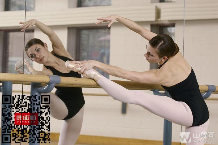压腿是一种不过分讲求场地的运动,只要有攀登架、栏杆、甚至台阶,把腿往上面一搭,就可以开始压腿练习。我们刚开始压腿的时候,要求不能过高,两腿之间的角度要适宜,猛地跨上很高的栏杆容易拉伤。压腿不仅可以塑造腿型,还有利于打开学习跳舞的人腿部关节的韧带。压腿要讲究正确的方法,以免引起不良的影响,那么你了解压腿的正确方法吗? 压腿的正确方法 1.